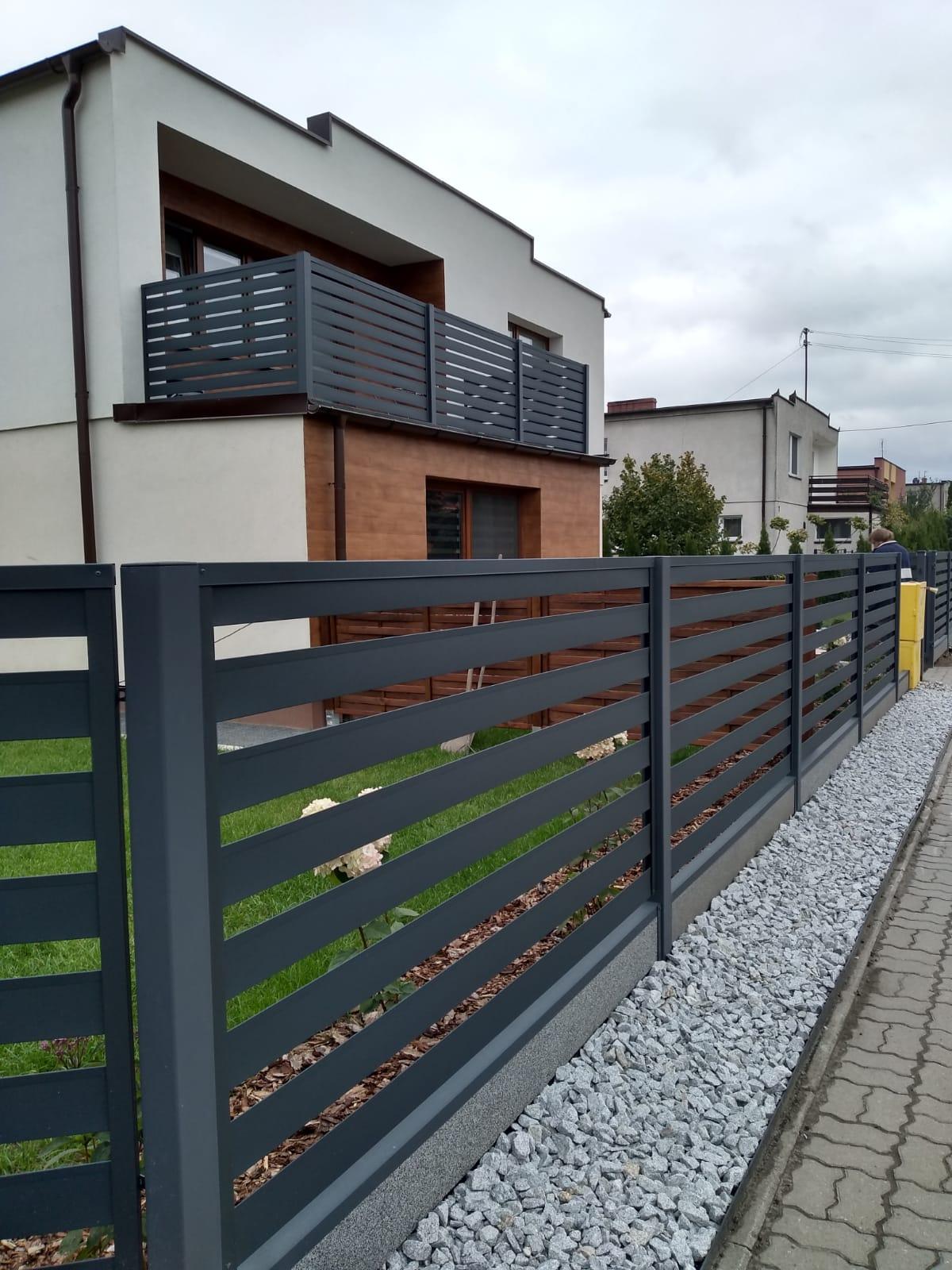 ogrodzenie palisadowe nowoczesne antracytowe realizacja 1 marciniak ogrodzenia